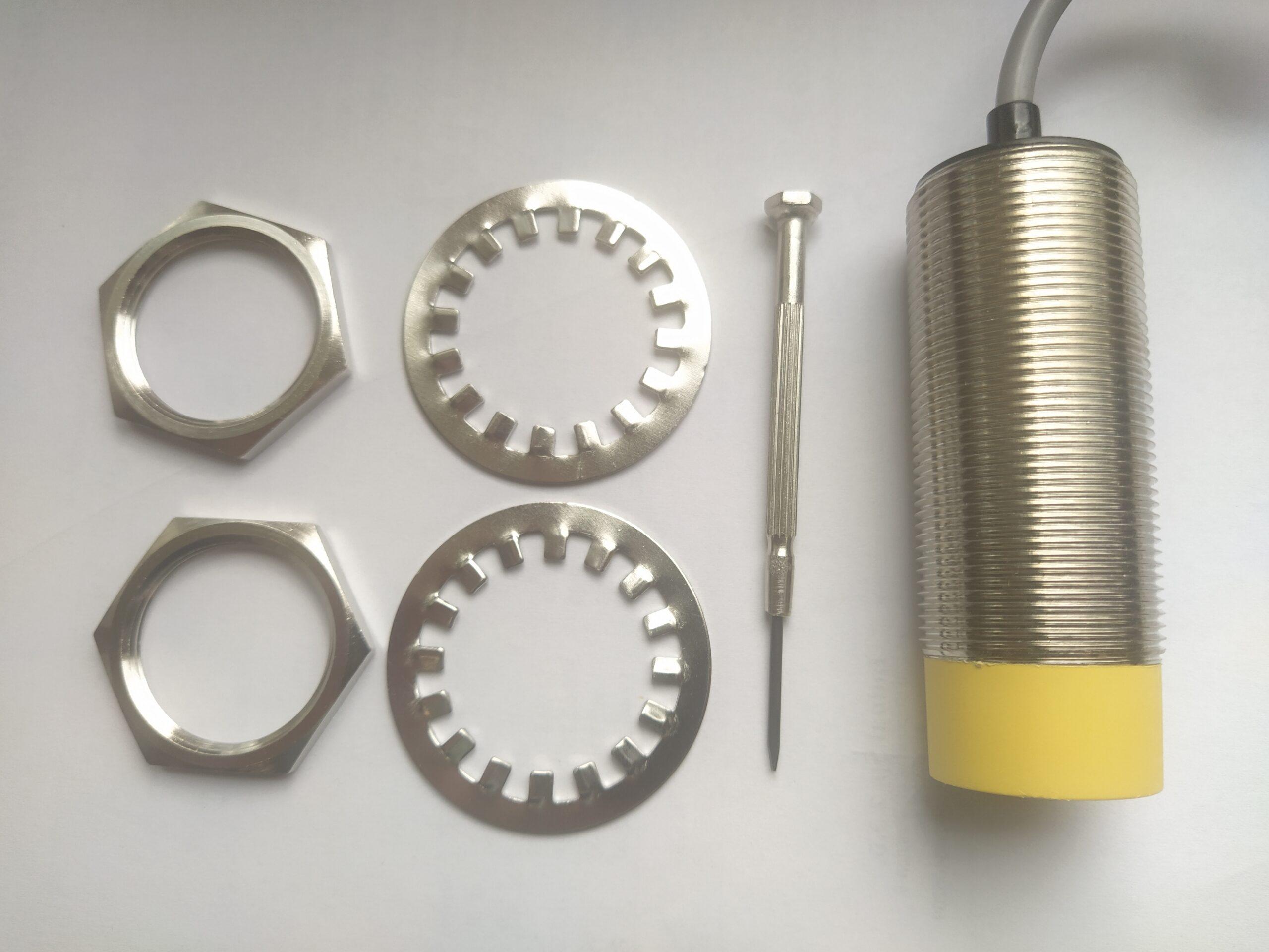 EC30N30DPO – czujnik pojemnościowy, M30, zasięg 5-30mm, PNP, NO, przewód 2m, obudowa metalowa, IP67, dioda LED, 10-30V DC, Indual